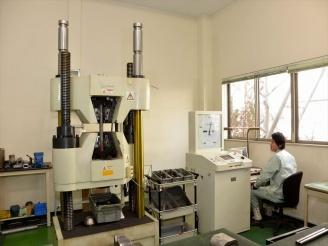 機械試験機による試験の様子